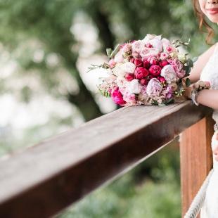 Rosegold romantika bazsarózsákkal