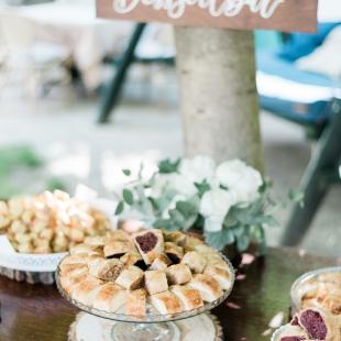 Greenery esküvő bazsarózsákkal