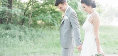 Tavaszi esküvő bazsarózsákkal